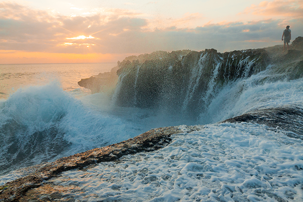 Stock image of great waves at the Devil's Tears at sunset on Nusa Lembongan near Bali, Indonesia